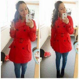Roter Trenchcoat mit Taschen und Gürtel