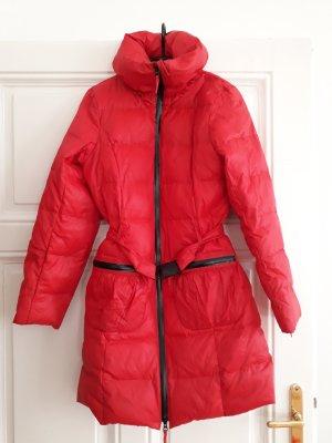 Roter Wintermantel mit Federfüllung