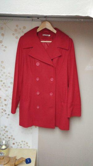 Roter zweireihiger Mantel