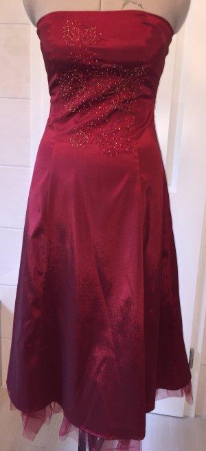 Rotes Abendkleid mit Perlenapplikation von Modeszene