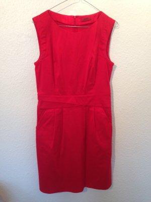 rotes ärmelloses Etui-Kleid
