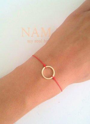 rotes Armband mit Kreis in gold