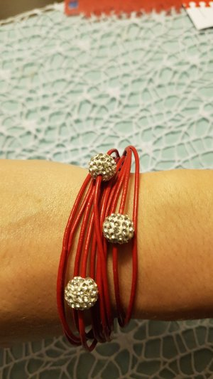 rotes Armband mit Strass-Details
