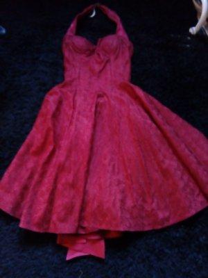 Rotes ausgestelltes Kleid mit Schleife am Rücken aus dem Musical Dirty Dancing.