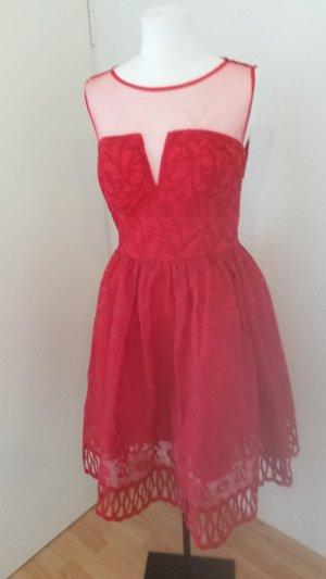 Rotes Cocktail Kleid mit Spitze und Cut Out von Chi Chi London