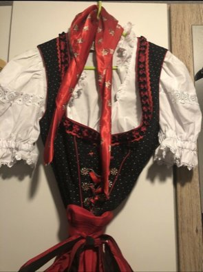 Rotes Dirndlset mit Bluse und Halstuch