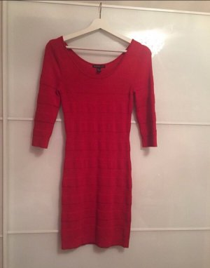 Rotes enges figurbetontes Kleid