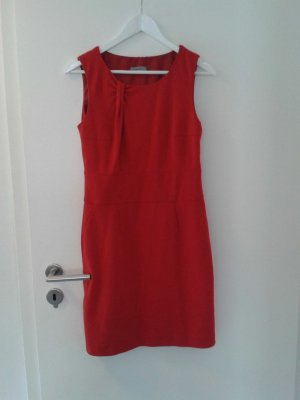 rotes figurbetontes Kleid. Ein absolutes Highlight
