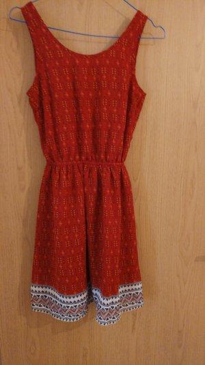 rotes gemustertes Kleid