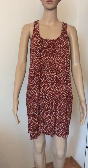 rotes gepunktetes Kleidchen