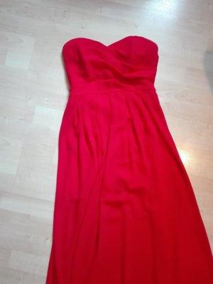 Rotes Kleid für den Abschlussball