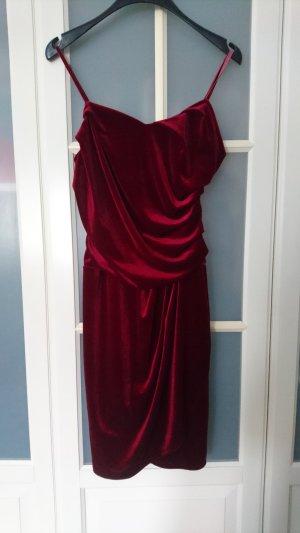 Rotes Kleid in Samtoptik