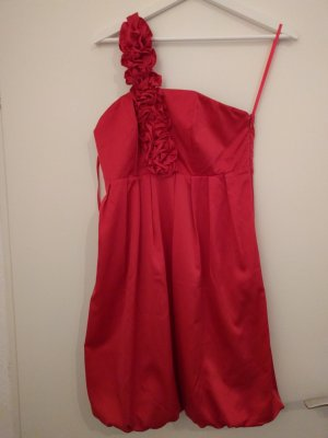 Rotes Kleid in Satinoptik