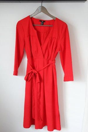 Rotes Kleid mit angedeutetem Wickelausschnitt