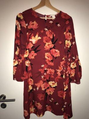 Rotes Kleid mit Blumenprint