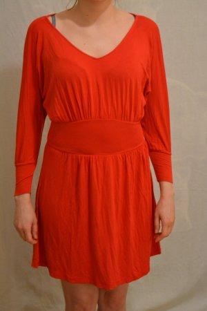 Rotes Kleid mit Fledermausärmeln