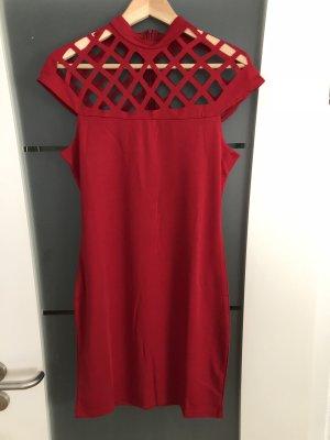 Rotes Kleid mit Gitterauschnitt