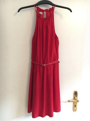 *rotes Kleid mit kleinem Gürtel*