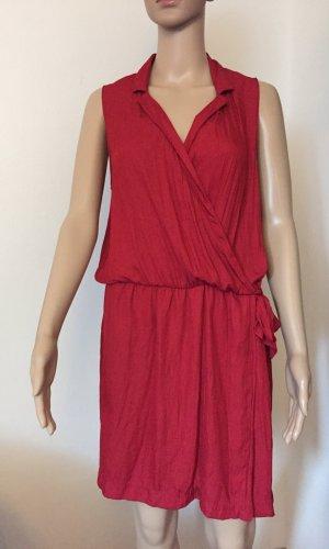 rotes Kleid mit Kragen
