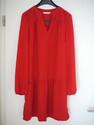 rotes Kleid mit langen Ärmeln und Perlenstickerei