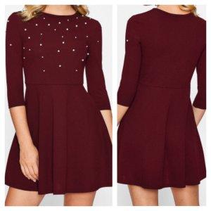 Rotes Kleid mit Perlen