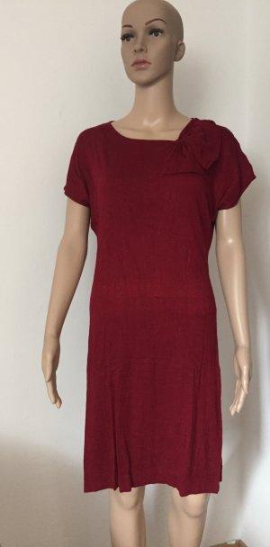 rotes Kleid mit Schlaufe