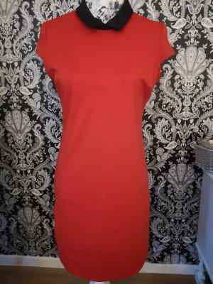 Rotes Kleid mit schwarzem Kragen