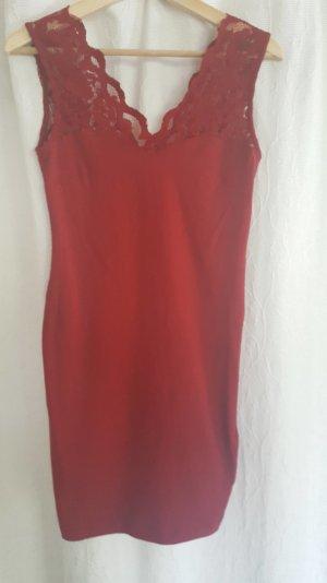 Rotes Kleid mit Spitze