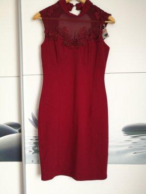 Rotes Kleid mit Spitze der