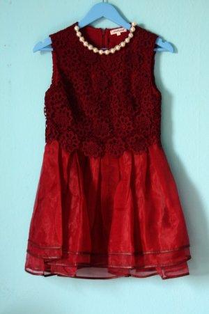 Rotes Kleid mit Spitze und Perlen