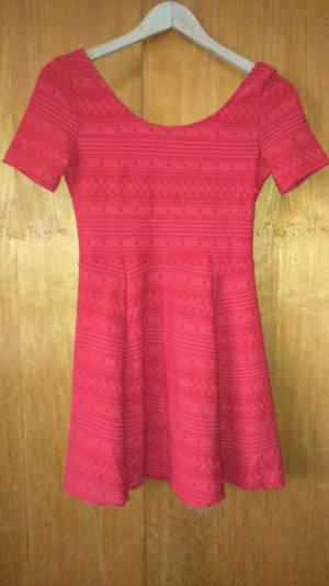 rotes Kleid mit Stickmuster