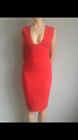 Rotes Kleid mit tiefem Ausschnitt