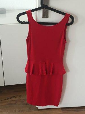 Rotes Kleid mit tiefem Rückenausschnitt