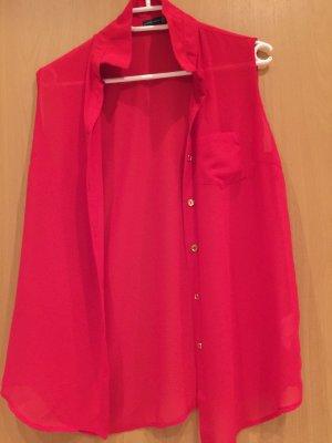 Rotes Kurzarm Hemd mit goldenen Knöpfe