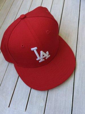 "Rotes ""LA"" Cap mit weißen Logo"