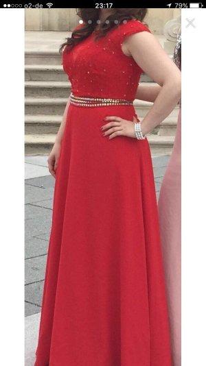 Rotes langes Abendkleid mit Stickerei
