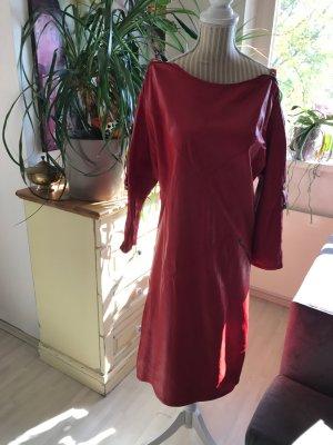 Rotes Lederkleid mit Reißverschluss