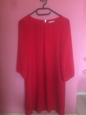 Rotes leichtes Sommerkleid
