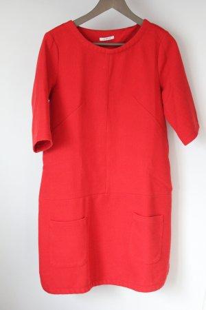 Rotes locker fallendes Kleid