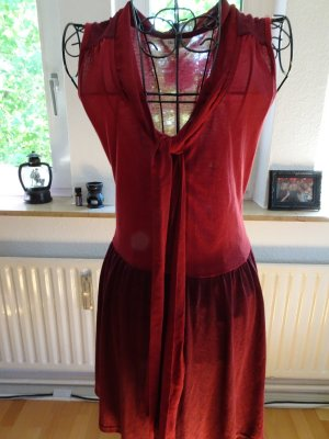 Rotes luftiges Sommerkleid