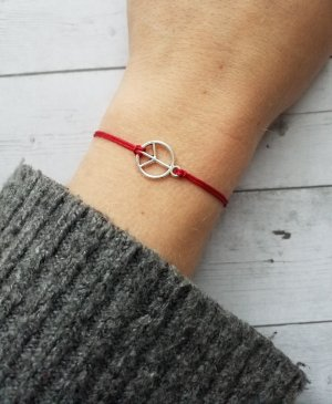 rotes Makramee Armband mit silbernem Peacezeichen
