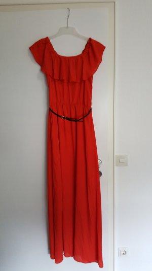 rotes maxikleid mit schwarzen gürtel