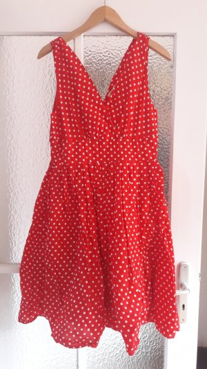 Rotes Punktekleid im Retro-Look