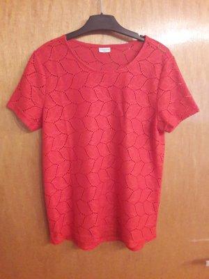Rotes Shirt mit Ausbrennmuster