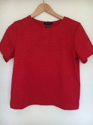 Rotes Shirt mit Blumendruck
