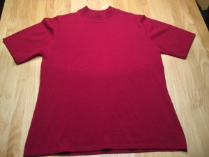 Rotes Shirt mit kleinem Ausschnitt