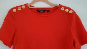 Rotes Shirt mit Knöpfen