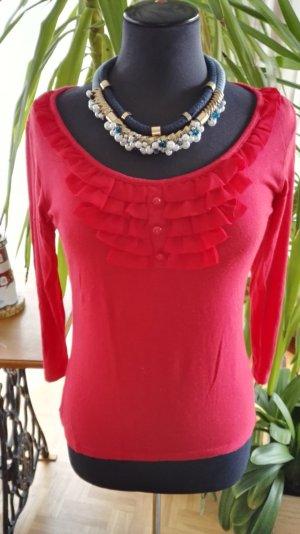 Rotes Shirt mit Rüschen und Knöpfen
