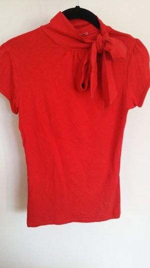 Rotes Shirt mit Schleife
