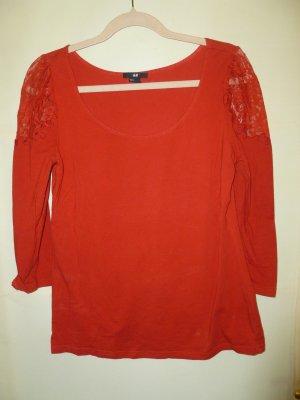 Rotes Shirt mit Spitzeneinsatz